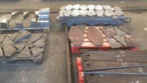 Pales con piezas de empresa del sector metálico